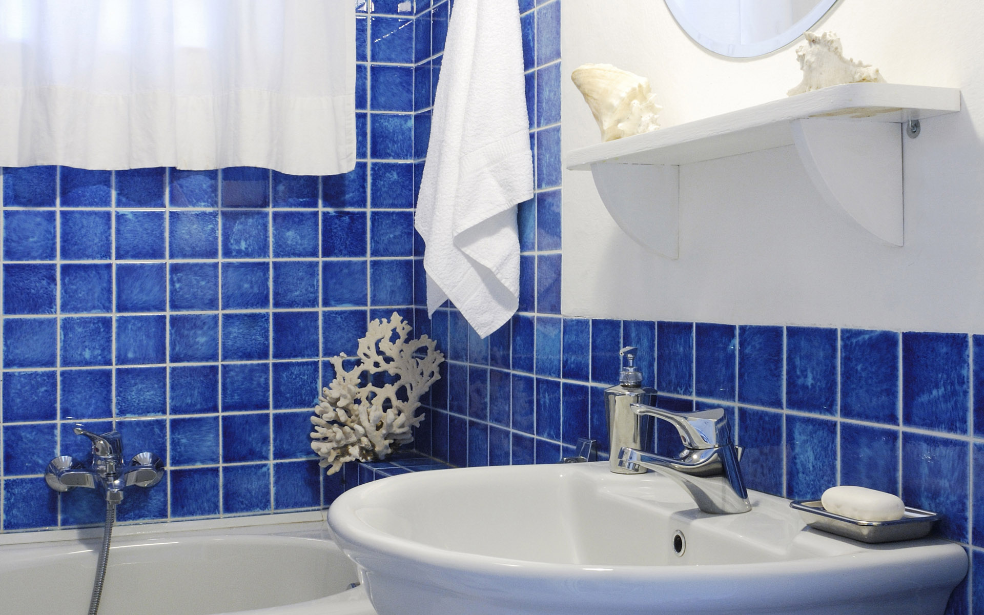 blue-modern-bathroom-WC-decoration-blue-earthenware