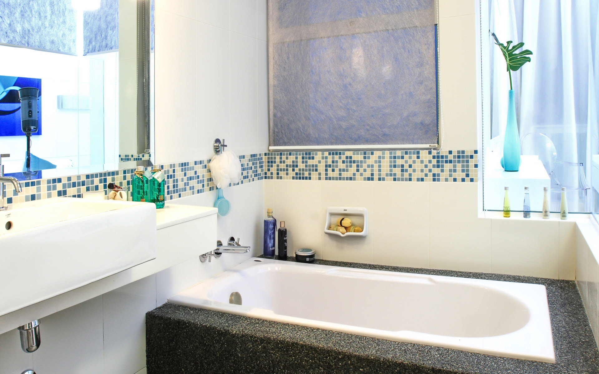 white-blue-modern-bathroom-decoration-blue-white-earthenware